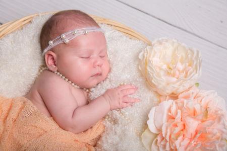 Bébé et son collier de perles