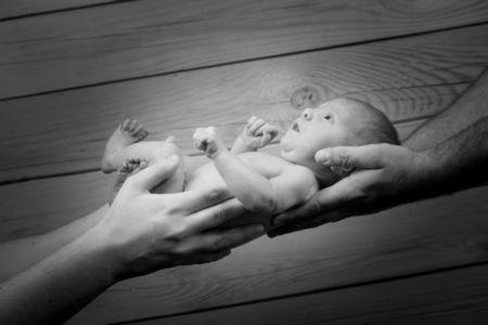 Dans les mains de maman et papa