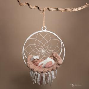 nouveau né endormi sur sa balançoire