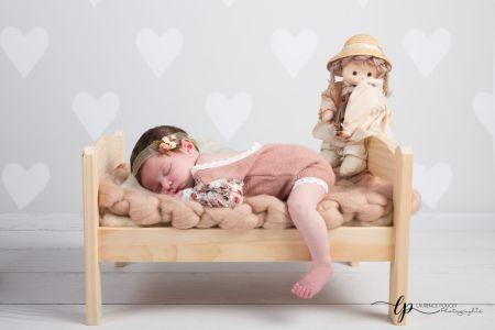 Nouveau né dans son petit lit