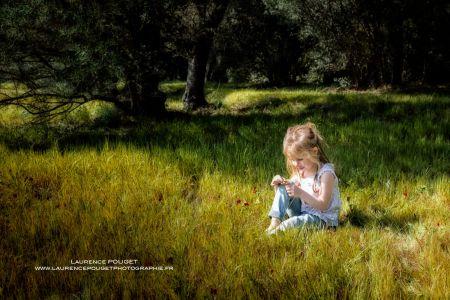 petite fille dans les champs