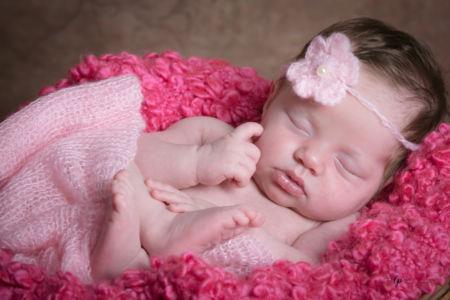 Bébé et sa fleur rose