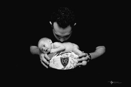 Bébé sur ballon de rugby