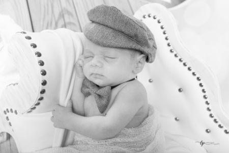 Bébé et sa casquette