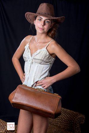 Jeune fille à la valise