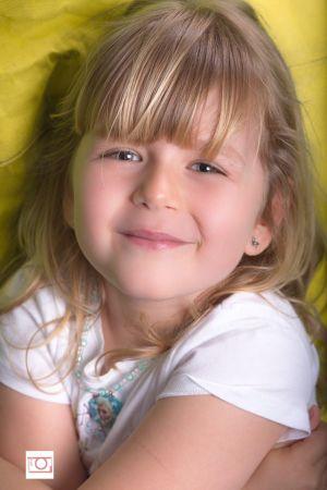 Blondinette aux yeux bleus